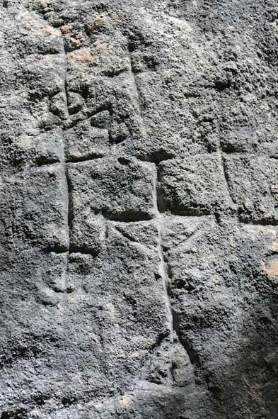 Figure antropomorfe incise su roccia calcarea.