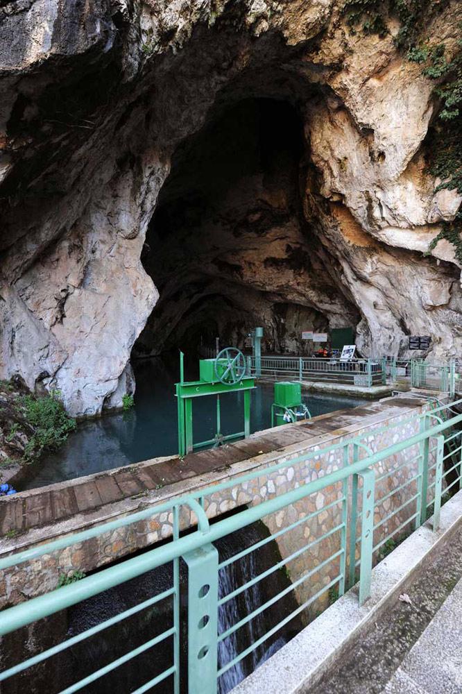Il maestoso ingresso della Grotta di Pertosa.