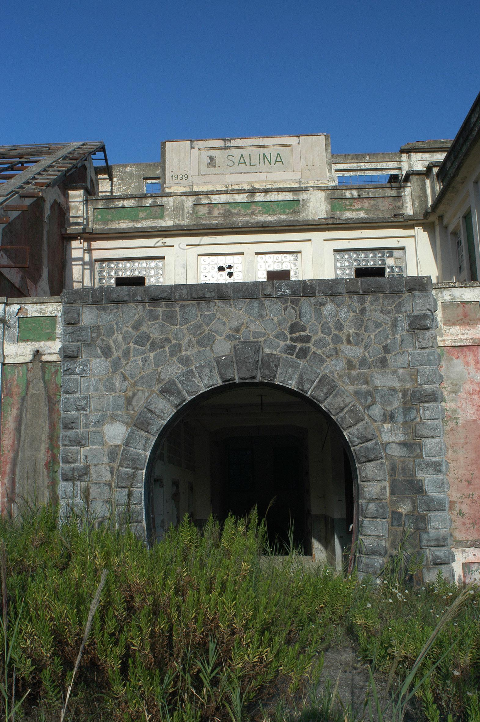 L'ingresso monumentale della Salina di Lungro nel rifacimento architettonico del 1939.
