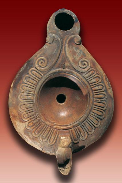 Lucerna di età romana da Grotta delle Ninfe